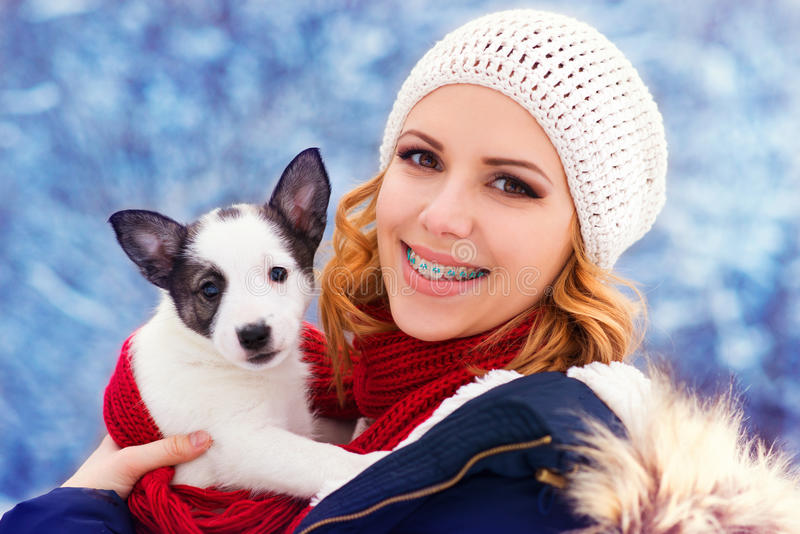 Femme dans la neige photo stock
