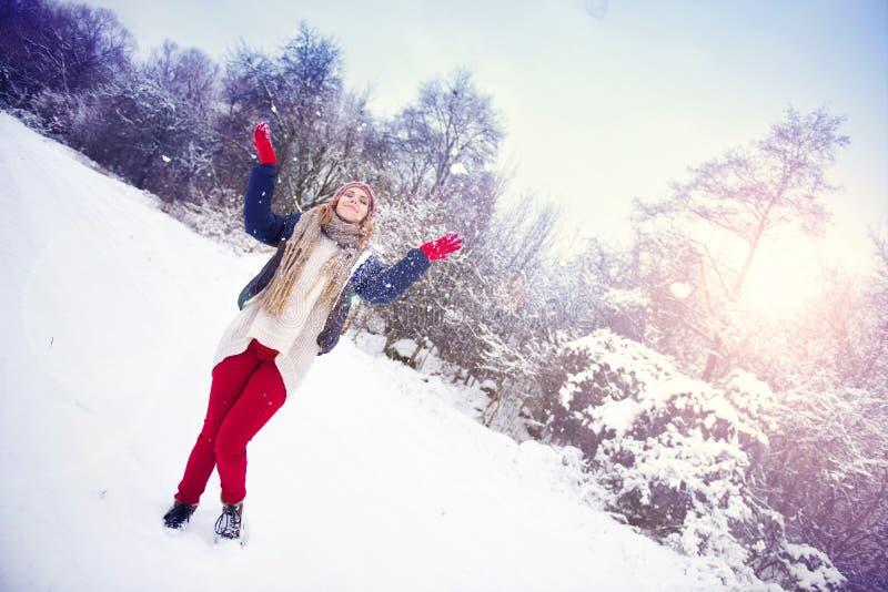 Femme dans la neige image stock