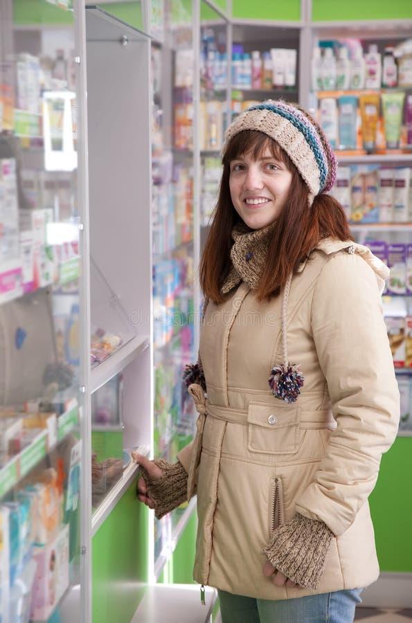 Femme dans la pharmacie de pharmacie photographie stock