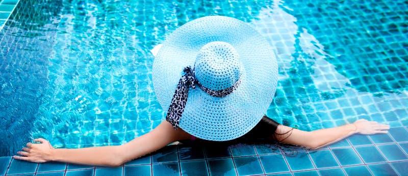 Femme dans la piscine photo libre de droits