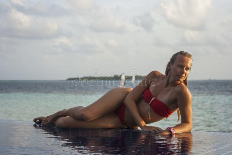 Femme dans la piscine image stock