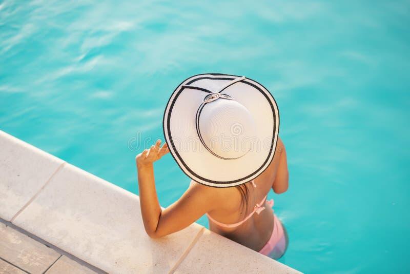 Femme dans la piscine images stock