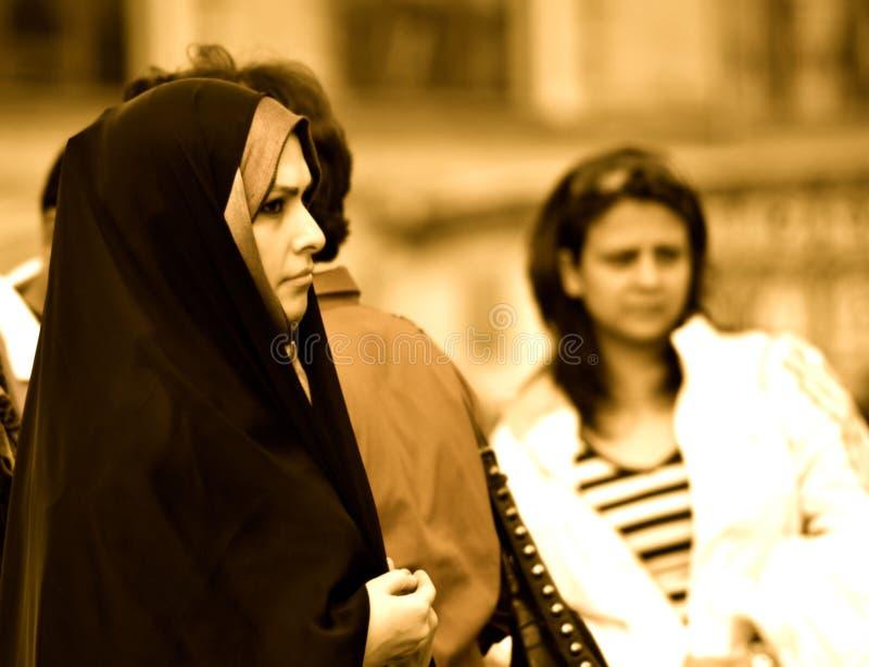 Femme dans la place noire et rouge, Moscou image libre de droits