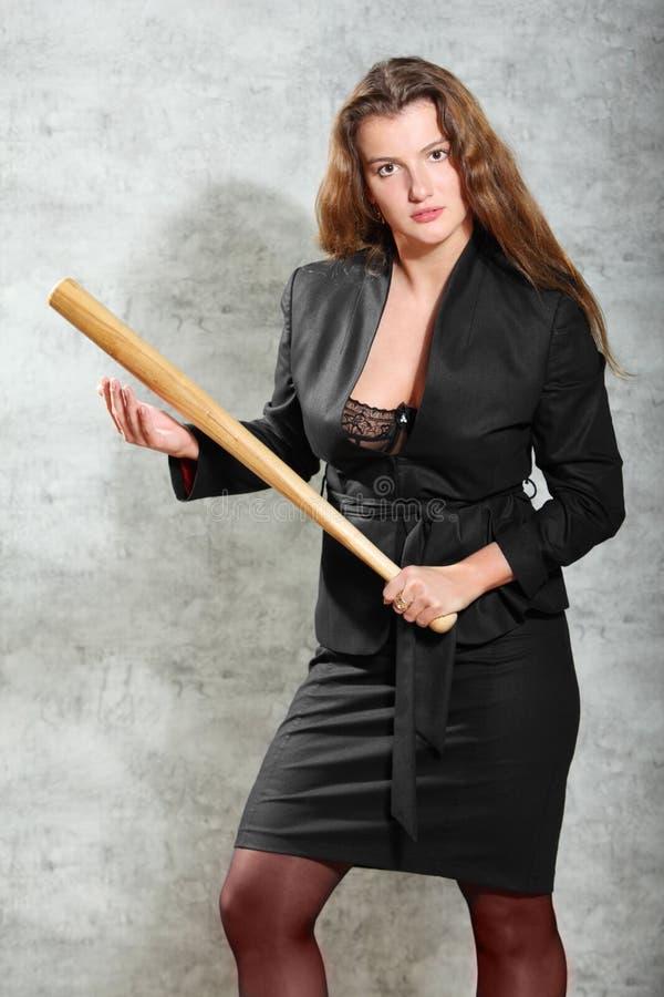 Femme dans la pose de costume, 'bat' de prise photographie stock libre de droits