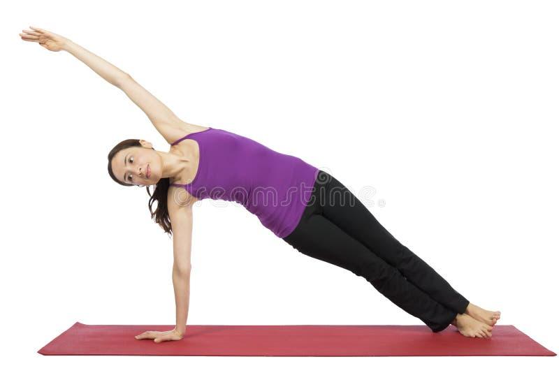 Femme dans la pose latérale de planche dans le yoga photos libres de droits