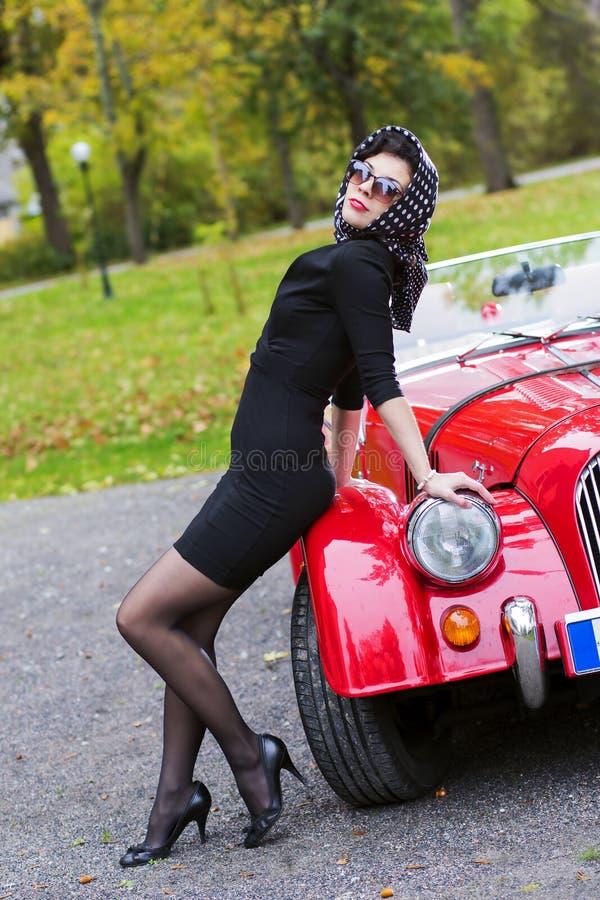 femme dans la pose noire sur le r tro avant de voiture image stock image du renivellement. Black Bedroom Furniture Sets. Home Design Ideas