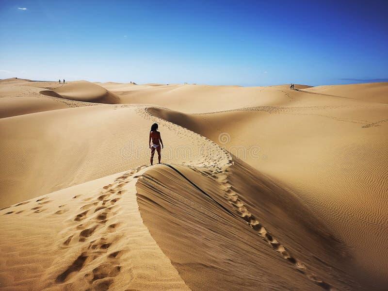 Femme dans la réservation naturelle des dunes de Maspalomas dans Gran Canaria, Espagne photographie stock libre de droits