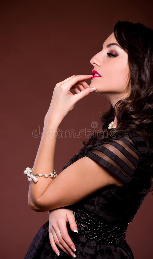 Femme dans la rétro robe. Gi Pin-vers le haut photo stock