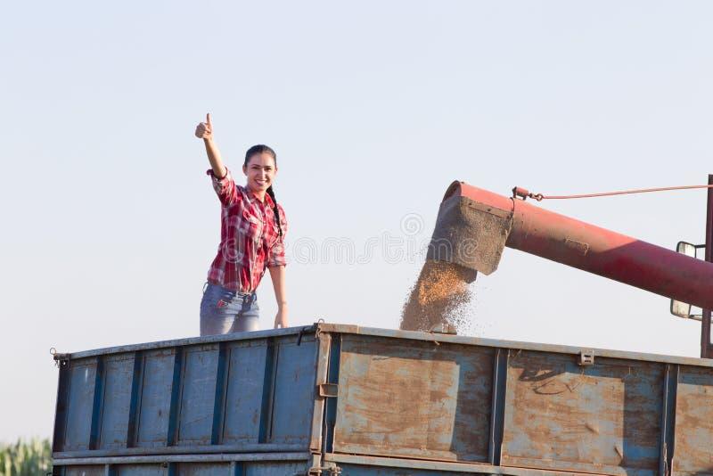 Download Femme Dans La Remorque Pendant La Récolte Image stock - Image du caucasien, pays: 56490767