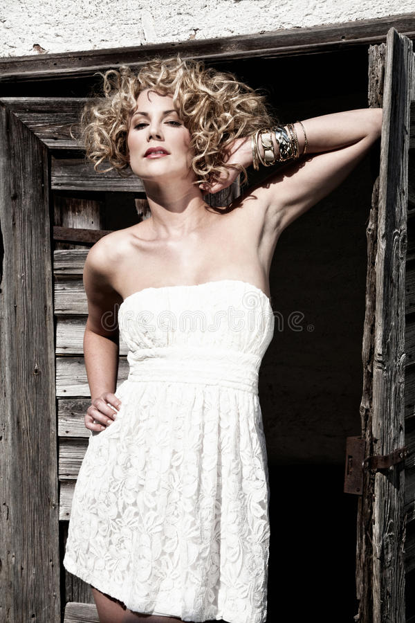 Femme dans la robe blanche images libres de droits