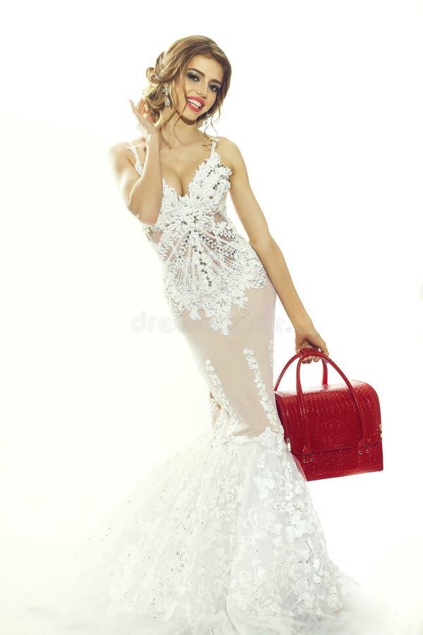 Femme dans la robe blanche avec le sac rouge image stock
