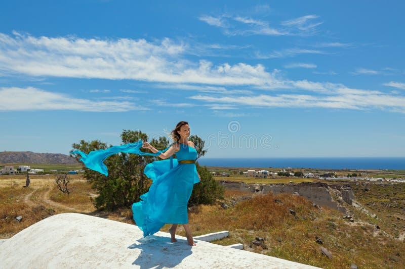 Femme dans la robe bleue sur le toit photo libre de droits