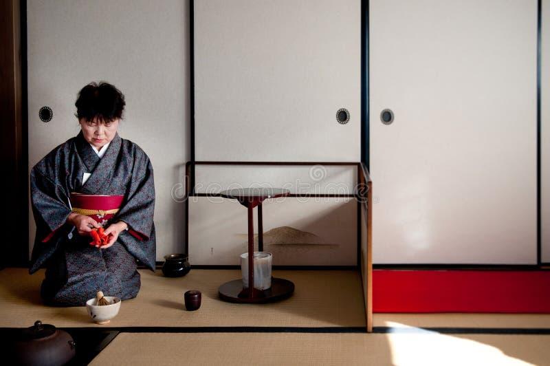 Femme dans la robe de kimono dans la cérémonie de thé japonaise, Chiba, Japon photos stock