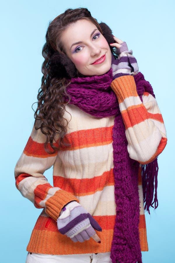 Femme dans la robe de l'hiver image stock