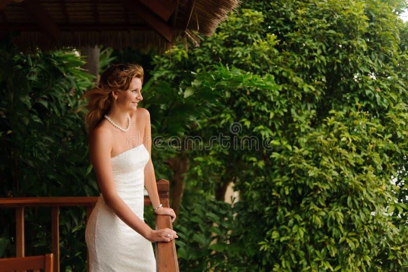 Femme dans la robe de mariage blanche image libre de droits