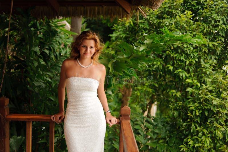 Femme dans la robe de mariage blanche photographie stock