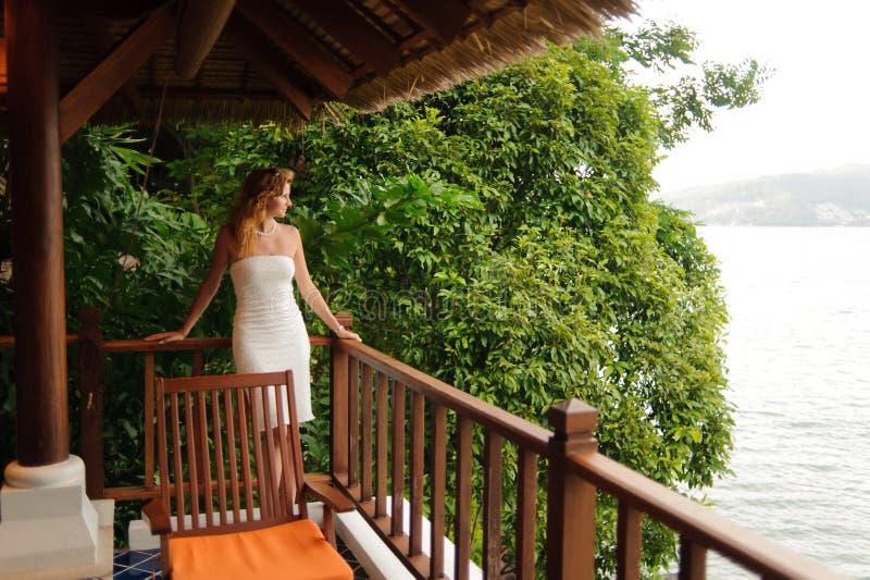 Femme dans la robe de mariage blanche images stock