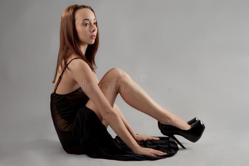 Femme dans la robe et des talons noirs photos libres de droits