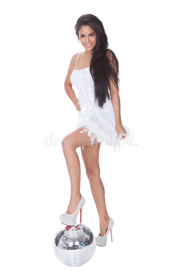 Femme dans la robe habillée retenant la bille de disco images libres de droits