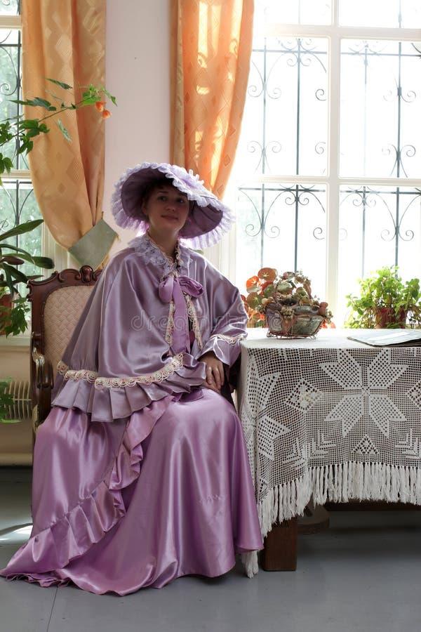 Femme dans la robe lilas image stock