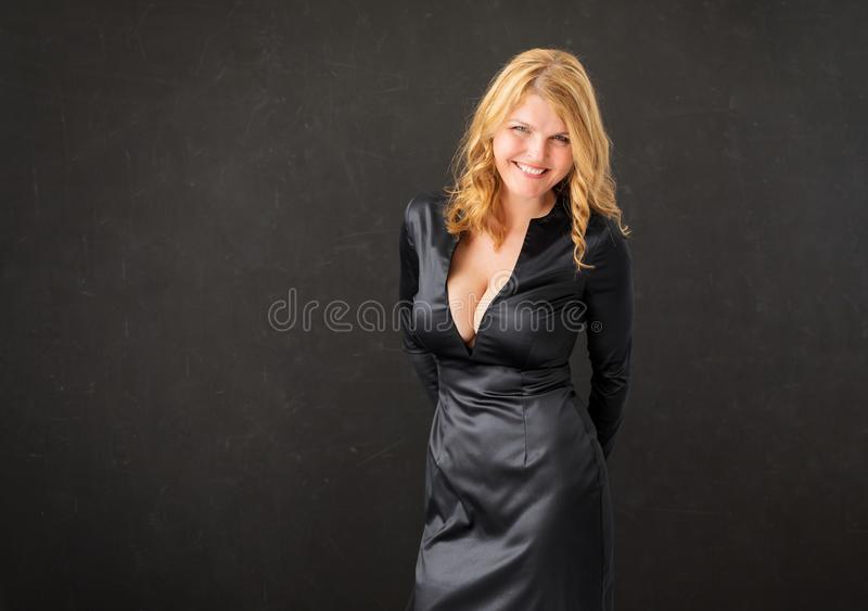 Femme dans la robe noire image stock