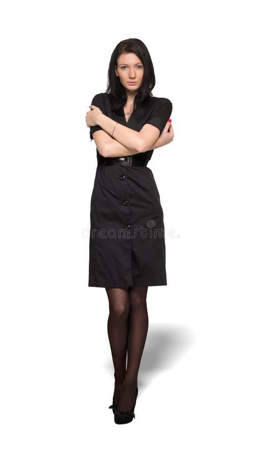 Femme dans la robe noire d'isolement sur le fond de wahite images stock