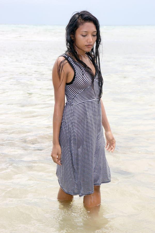 femme dans la robe rayée en mer photographie stock