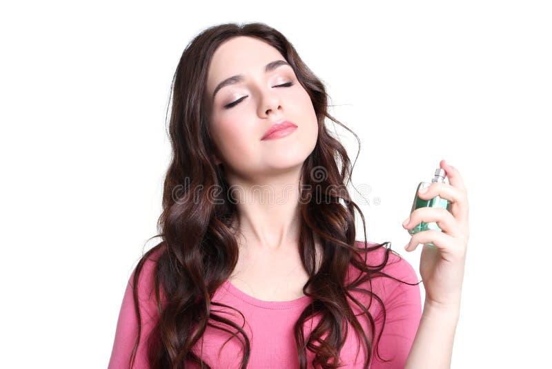 Femme dans la robe rose avec la bouteille de parfum images stock