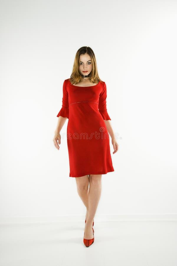 Femme dans la robe rouge. image libre de droits