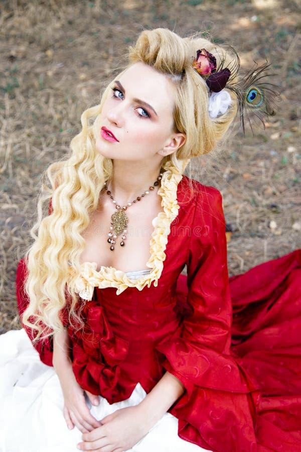 Download Femme Dans La Robe Rouge Antique Photo stock - Image du ventilateur, pré: 77150332
