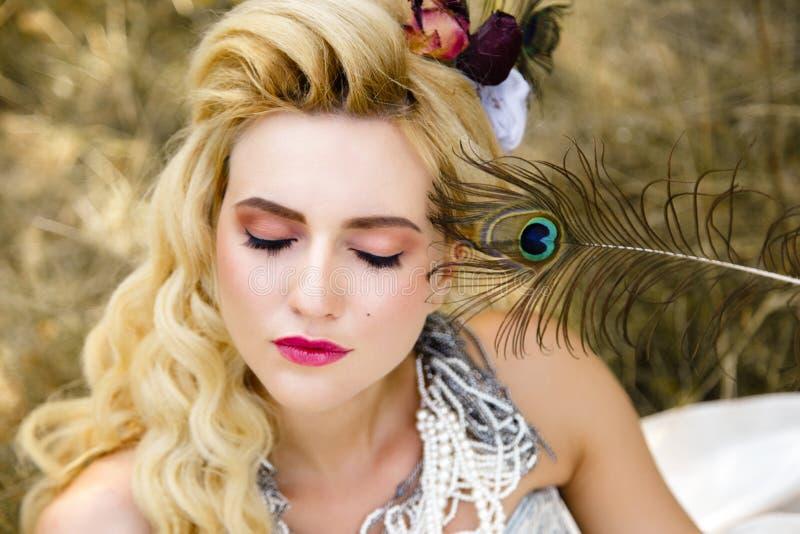 Download Femme Dans La Robe Rouge Antique Photo stock - Image du charme, past: 77150704