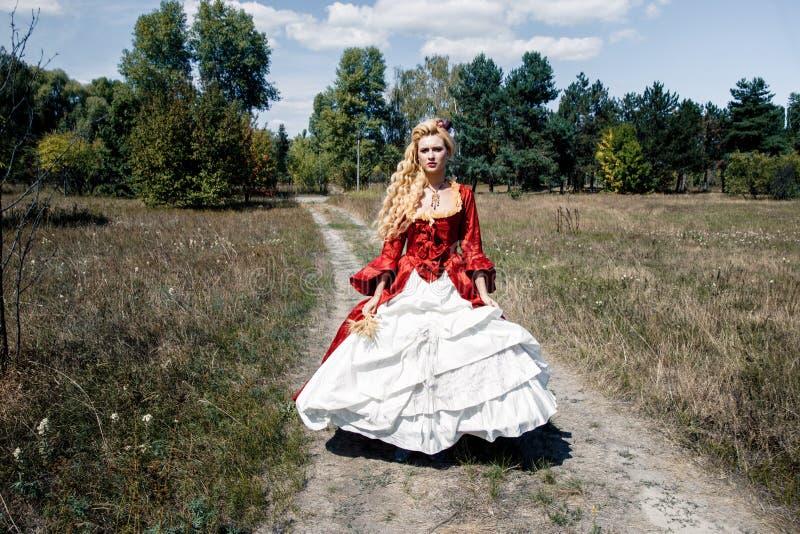 Download Femme Dans La Robe Rouge Antique Image stock - Image du vieux, classique: 77151963