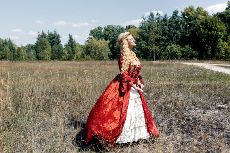 Download Femme Dans La Robe Rouge Antique Image stock - Image du past, période: 77152951