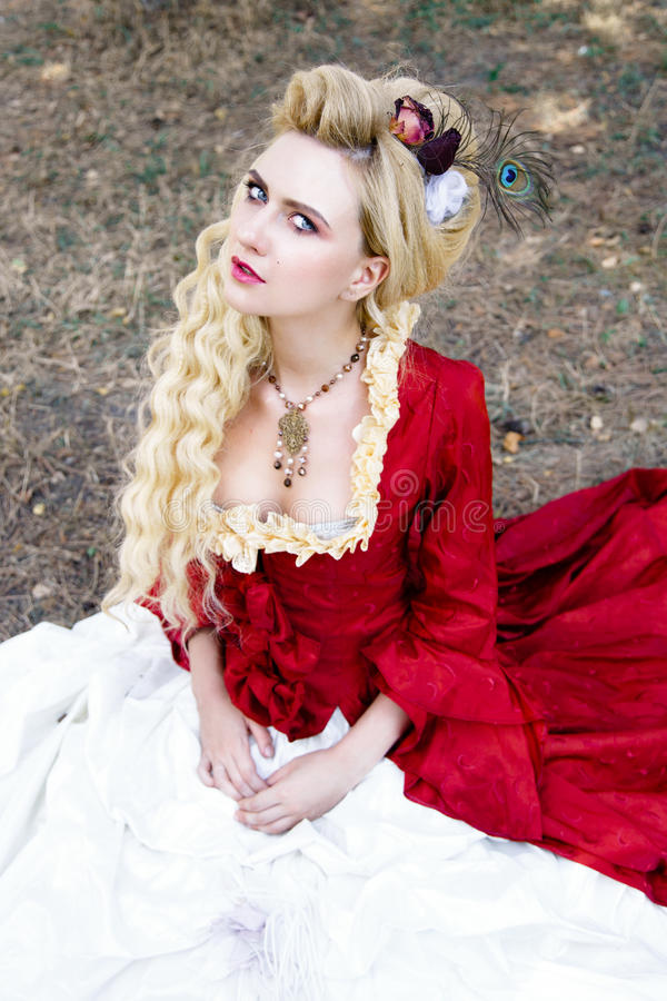 Download Femme Dans La Robe Rouge Antique Photo stock - Image du beauté, mode: 77153830