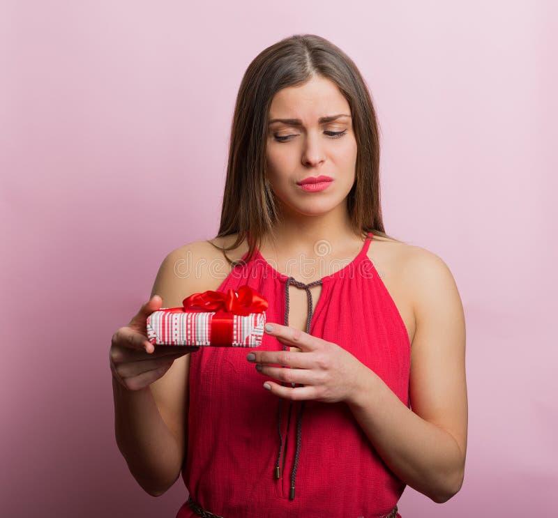 Femme dans la robe rouge avec un boîte-cadeau photographie stock libre de droits