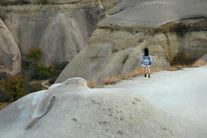 Femme dans la robe voyageant en nature, se tenant à la vallée de roches photographie stock