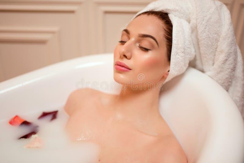 Download Femme Dans La Salle De Bains Avec Des Pétales De Rose Photo stock - Image du fille, soin: 87700270