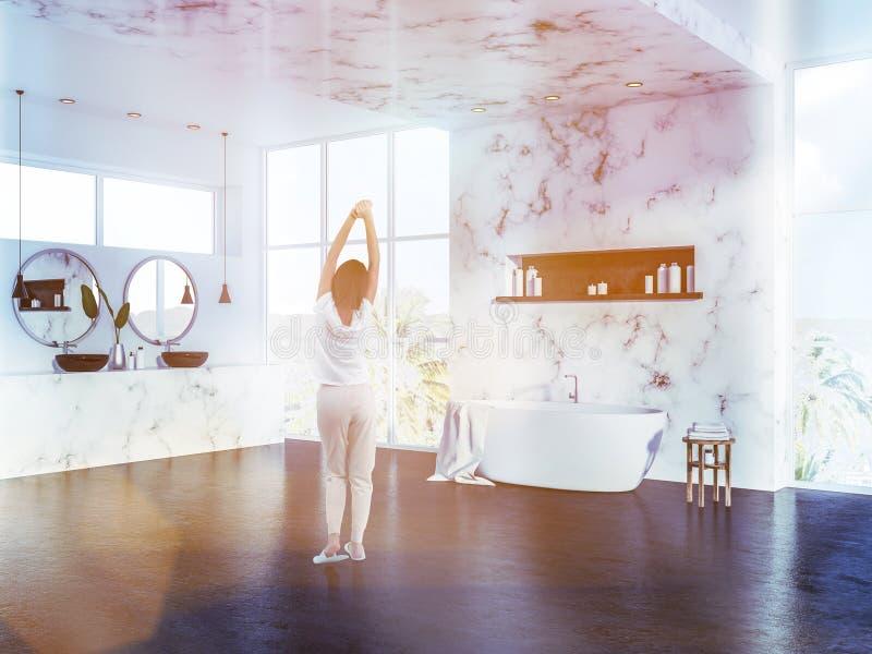 Femme dans la salle de bains de marbre de luxe, matin images stock