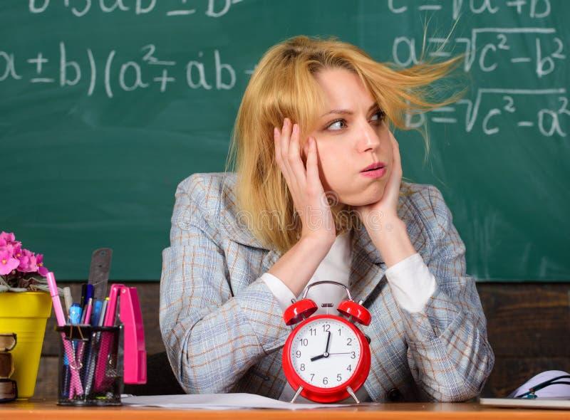 Femme dans la salle de classe Temps de coupure Étude et éducation École moderne Jour de la connaissance école Enseignement à domi photographie stock