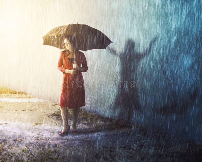 Femme dans la tempête de pluie avec l'ombre photo stock