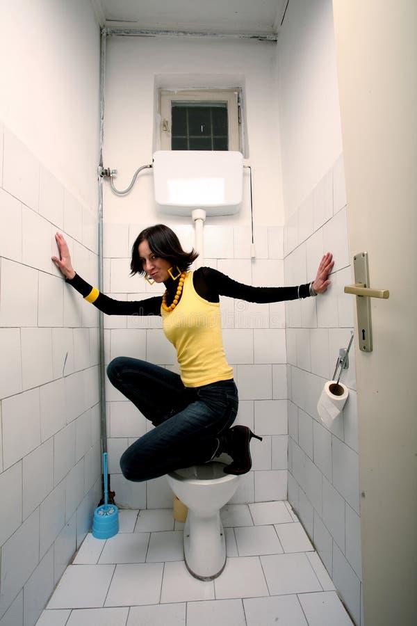 Femme dans la toilette publique photos libres de droits