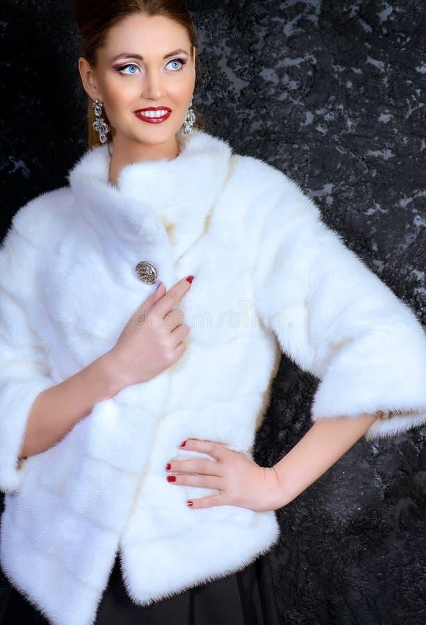 Femme dans la veste de vison photo stock