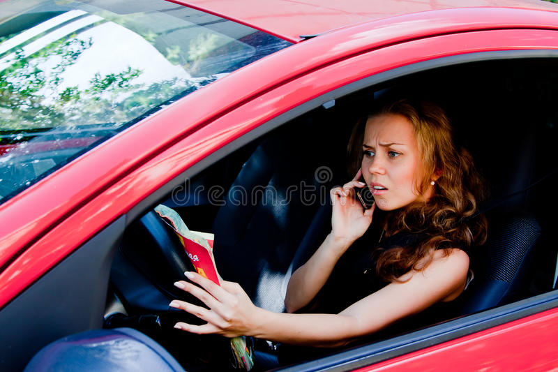 Femme dans la voiture photos stock