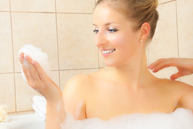 Femme dans le bain photographie stock