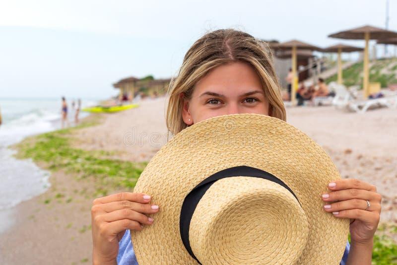 Femme dans le bain de soleil bleu images libres de droits