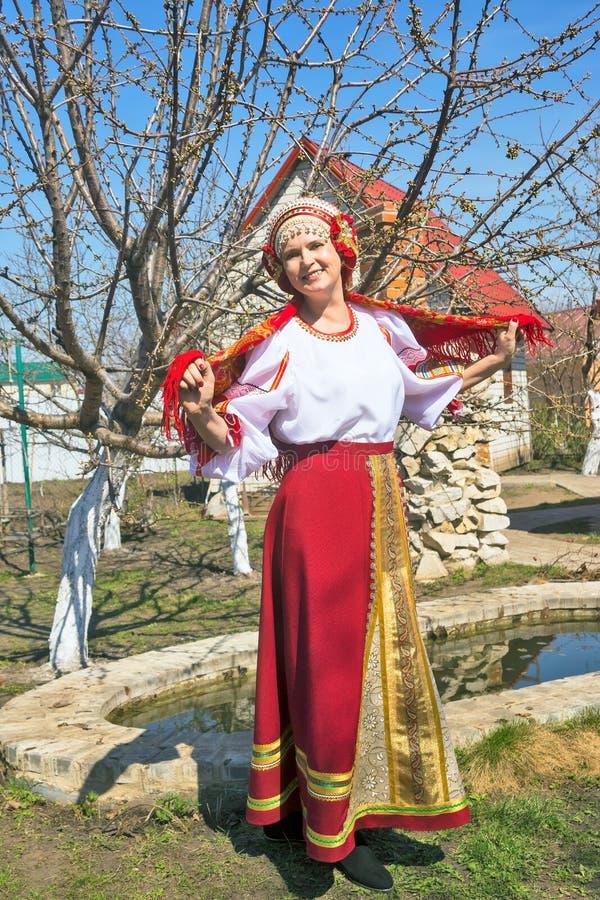 Femme dans le bain de soleil national russe photo libre de droits