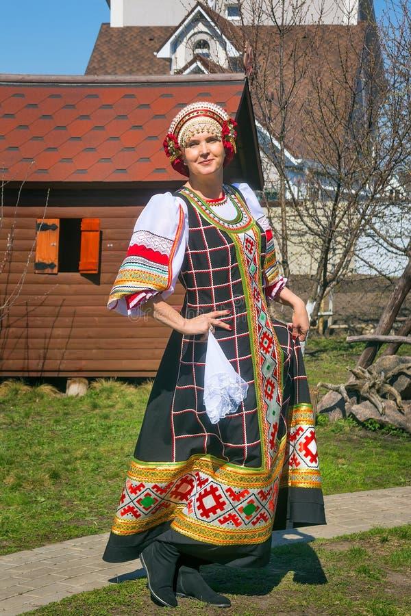 Femme dans le bain de soleil national russe image libre de droits