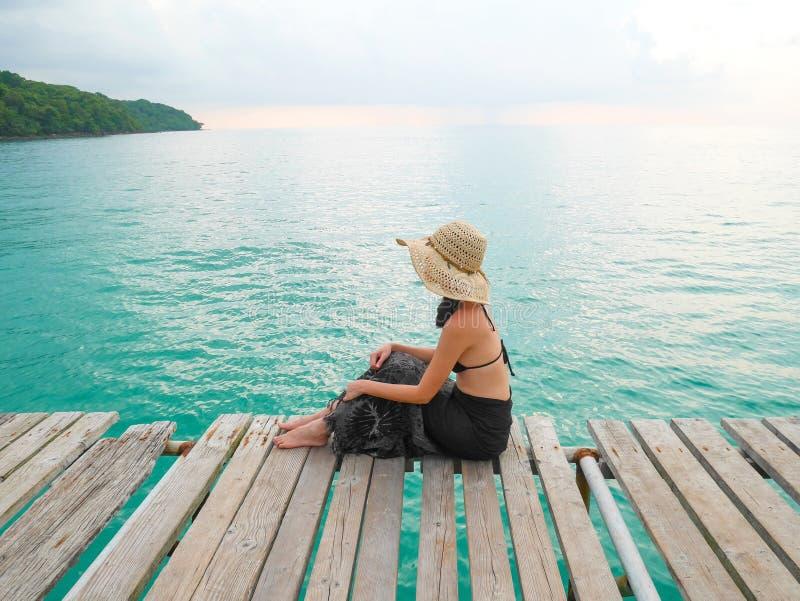 Femme dans le bikini avec le chapeau de paille photo libre de droits