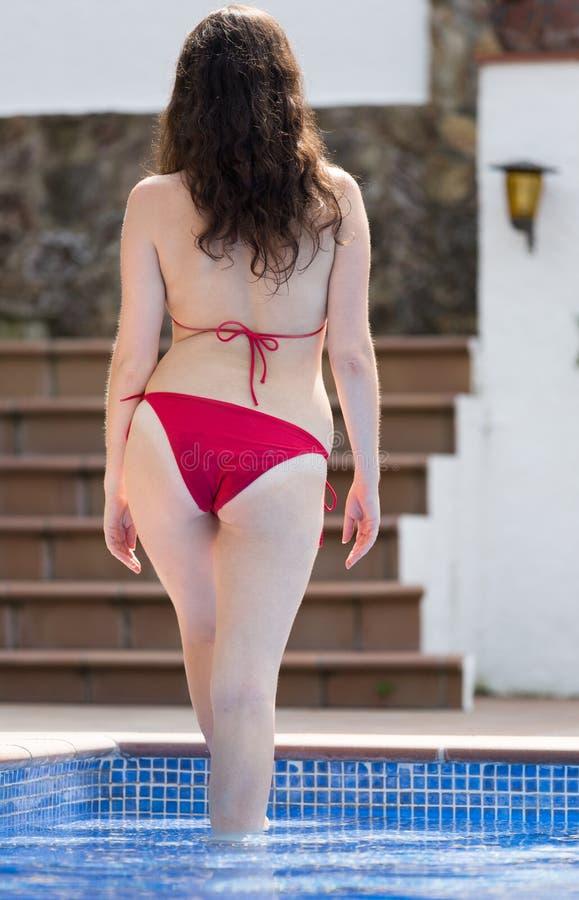 Femme dans le bikini près de la piscine photographie stock