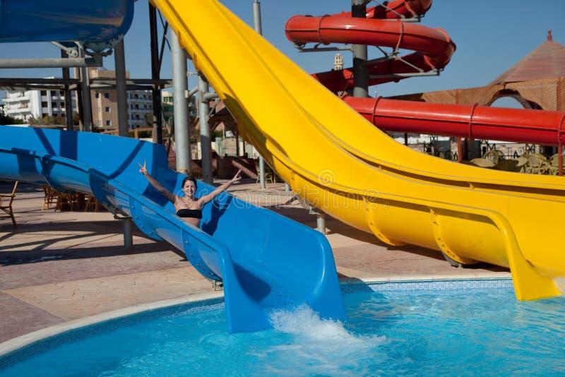 Femme dans le bikini sur la glissière d'eau de piscine images stock